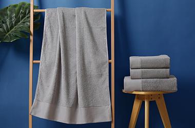 灰色铂金缎毛巾